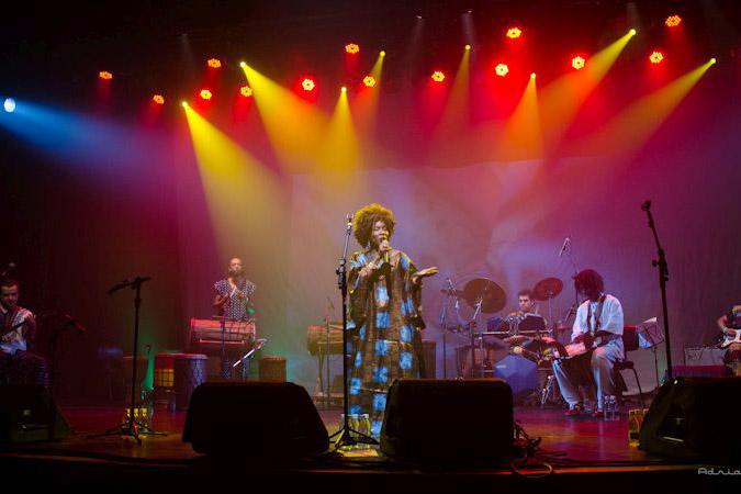 O Vigor e a energia da música de Fanta Konatê na Caixa Cultural Curitiba