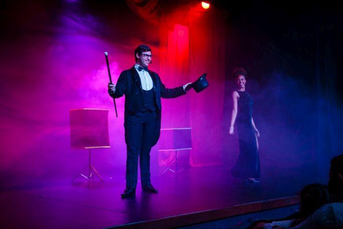 Espetáculo de ilusionismo volta aos palcos curitibanos com o estilo clássico da mágica