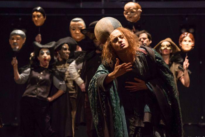 Denise Fraga vive Galileu Galilei no espetáculo de Brecht