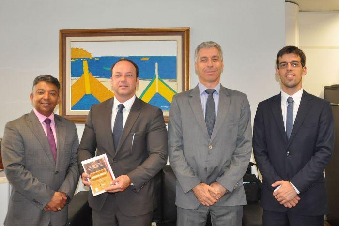 APMCuritiba entrega diagnóstico da advocacia pública nos municípios ao MP-PR