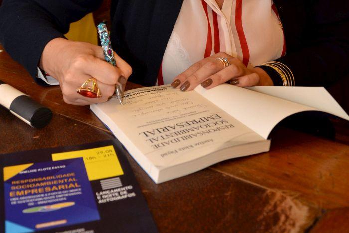 Anelize Fayad lança livro sobre responsabilidade socioambiental empresarial