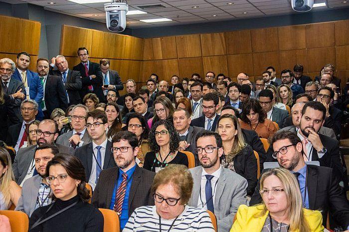 Professor Assis Gonçalves Neto aborda contratos coligados em evento sobre Direito Comercial