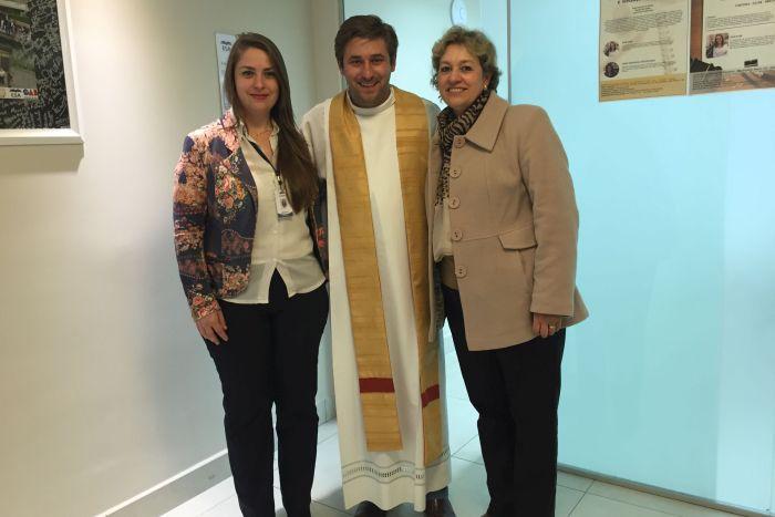Edifício Maringá e funcionários recebem visita e benção de padre