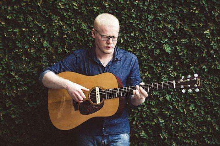 Benjamin Existe faz homenagem ao folk americano em show solo na Caixa Cultura Curitiba