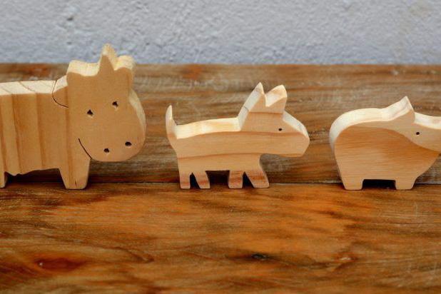 Crianças aprendem a criar bichinhos de madeira em espaço kids do Shopping Novo Batel
