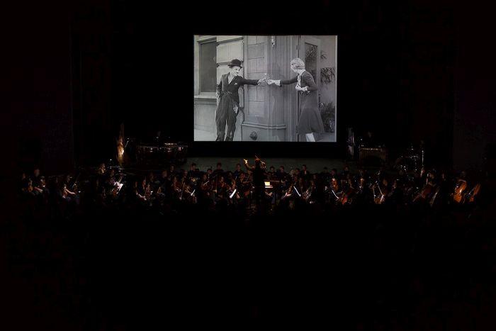 Sinfônica do Paraná apresenta filme-concerto com obra de Chaplin