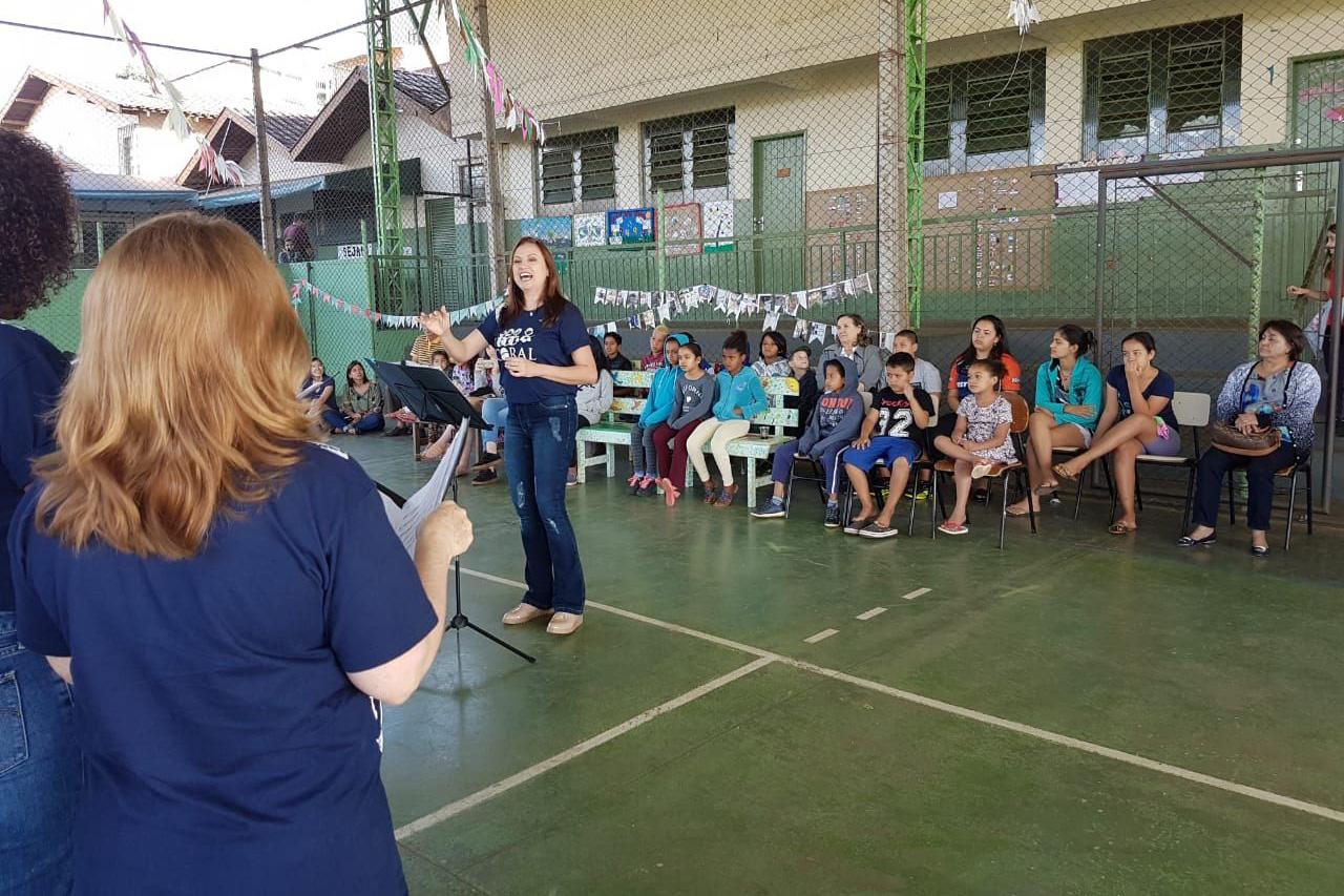 Coral Londrina faz apresentação para crianças de entidade beneficente