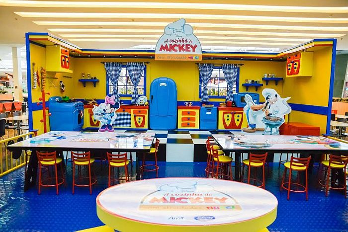 Cozinha do Mickey e cama elástica gigante para alegrar os pequenos