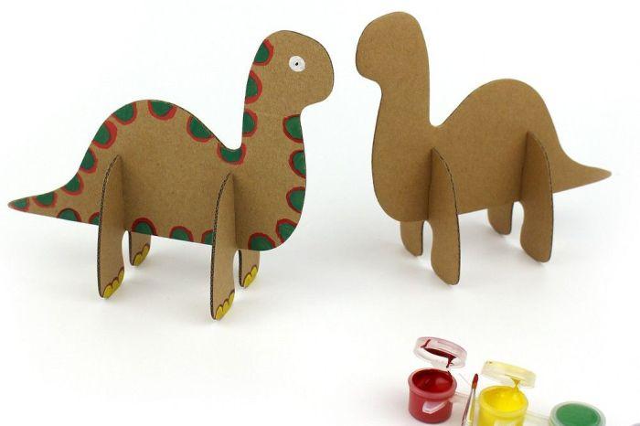 Crianças aprendem a criar dinossauros de papelão no Novo Batel Kids