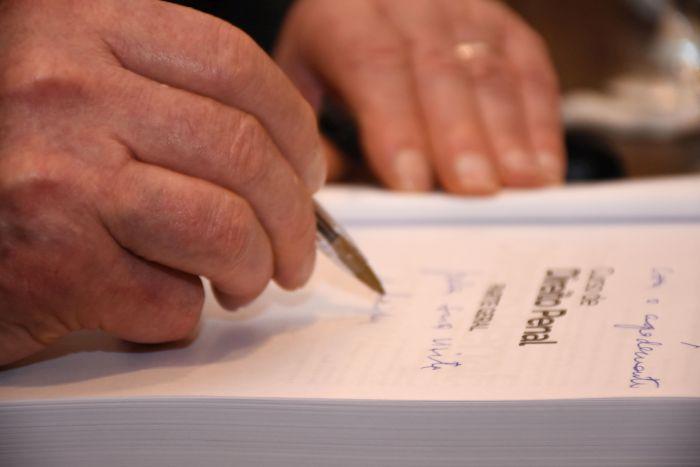 Livro de Direito Penal, lançado pelo professor Dotti, tem prestigiada sessão de autógrafos