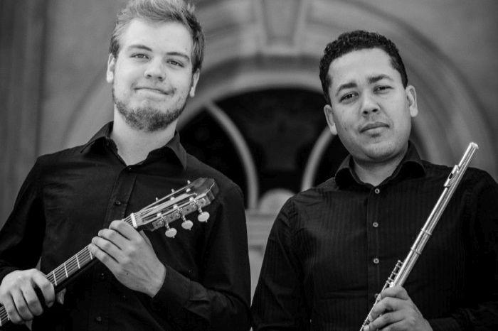 Duo de flauta e violão no SESI Heitor Stockler de França