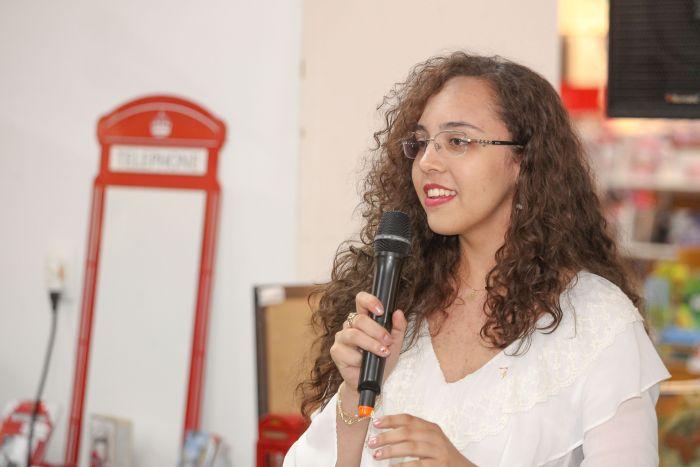 Estudante paranaense de 16 anos lança livro internacional