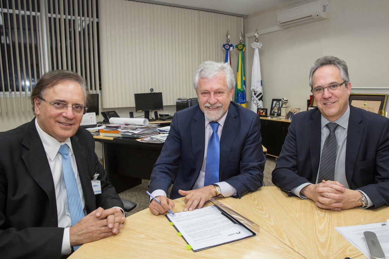Universidade Positivo assina acordo com Itaipu