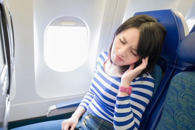 Você fica surdo durante os voos de avião? Saiba o motivo e as dicas para evitar esse desconforto