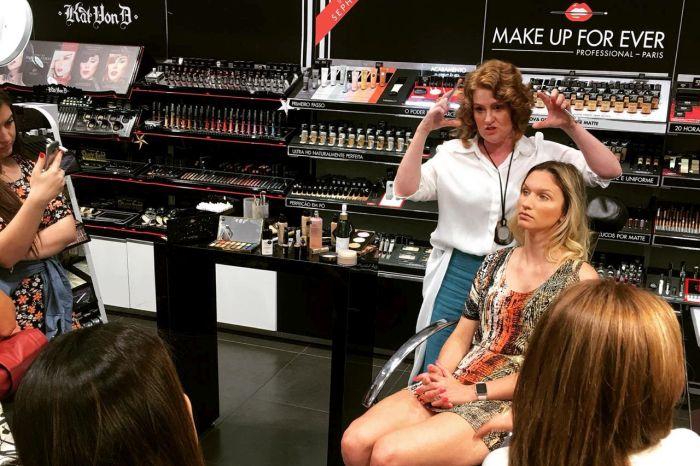 Maquiadora Liss Barduco ensina maquiagem de Natal e Réveillon em workshop