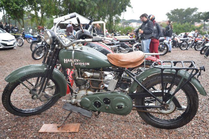 Aficionados por motos antigas se encontram domingo no Xaxim, em Curitiba