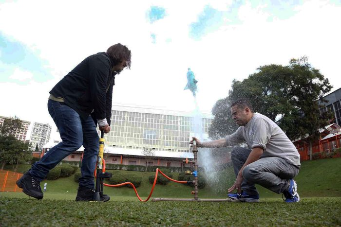 Estudantes comprovam Leis de Newton com lançamento de foguetes