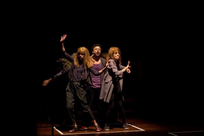 Caixa Cultural Curitiba traz grupo de teatro As Olívias com comédia riso nervoso