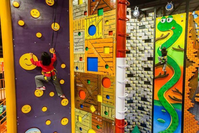 Atração em shopping tem desafios de arvorismo e escalada em paredões com mais de 7,5 metros