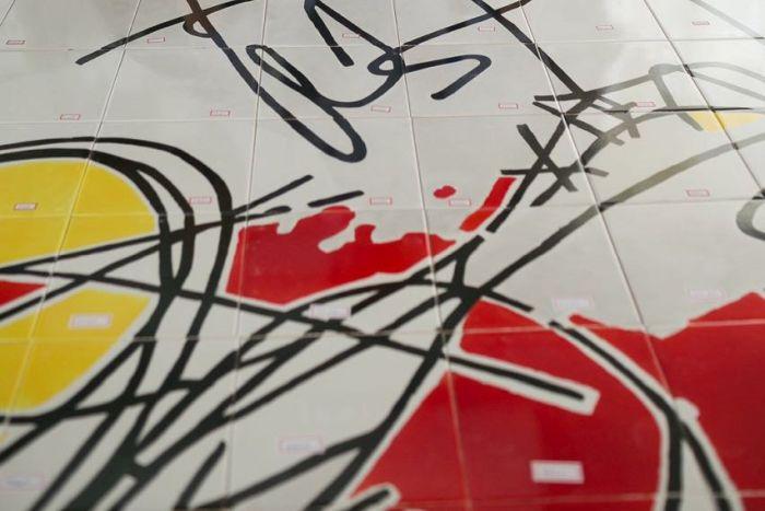 Artista plástico contemporâneo revitaliza fachada de edifício em Curitiba com painel gigante