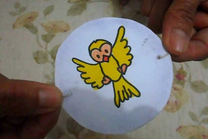 Shopping Novo Batel ensina crianças a fazer um taumatrópio, brinquedo que produz efeito ilusório