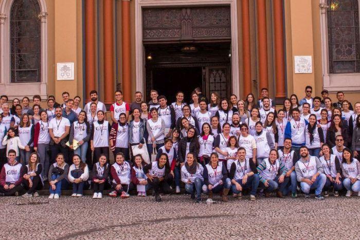 Médicos voluntários fazem atendimento gratuito para moradores de rua, na Praça Tiradentes, em Curitiba